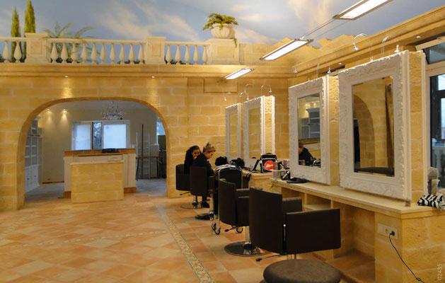 Exklusiver Friseurladen mit Steinpaneele in Burgstein Optik