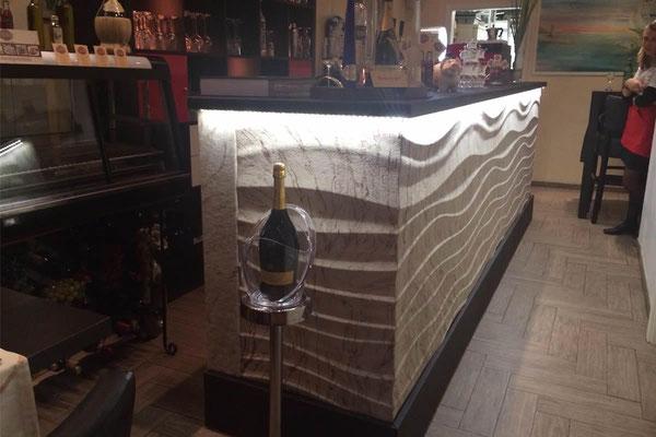 Barverkleidung mit Sandstein auf Akzentpaneele