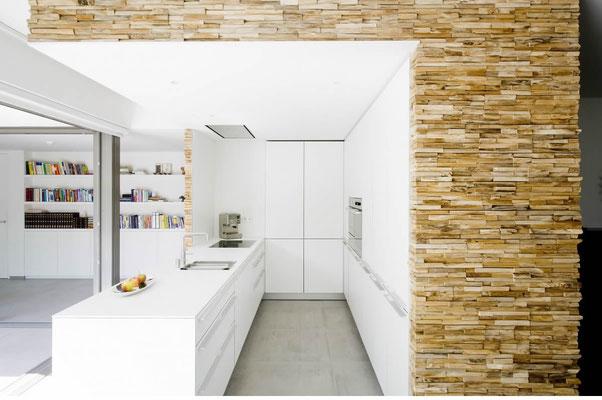 Küche mit Splitholz Wandverkleidung
