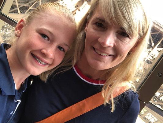 Juni 2018: mit Mama auf dem Eiffelturm in Paris, Frankreich