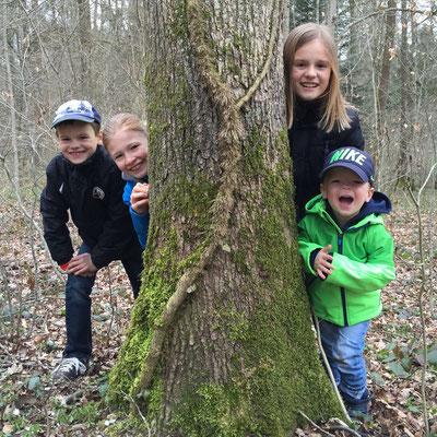 April 2015: Verstecken spielen mit Bruder Nicolas, Cousin Ian und Cousine Shania in Bülach ZH