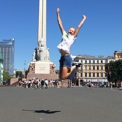 Juni 2018: Freudensprung vor der Freiheitsstatue in Riga, Lettland