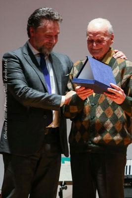 Paolo Niccoletti, sindaco  di Loreto, offre a Mugnoz una targa commemorativa