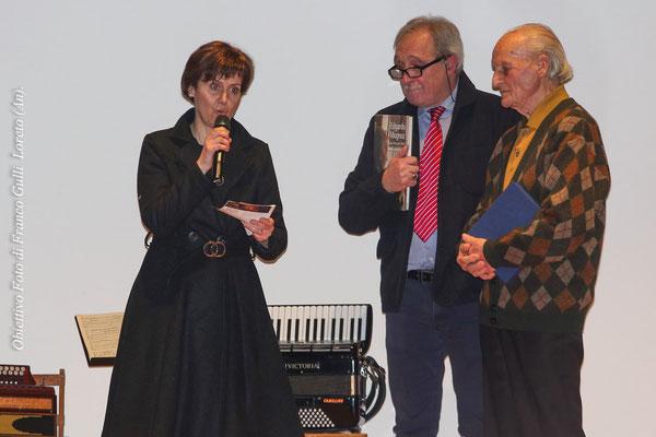 La figlia dell'artista, Miriam Mugnoz, presenta la Mostra al pubblico in sala