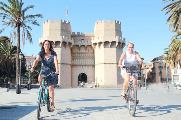 Eline van den Heuvel und Stephanie Schulz offizielle Stadtführung Valencia Fahrrad Bike