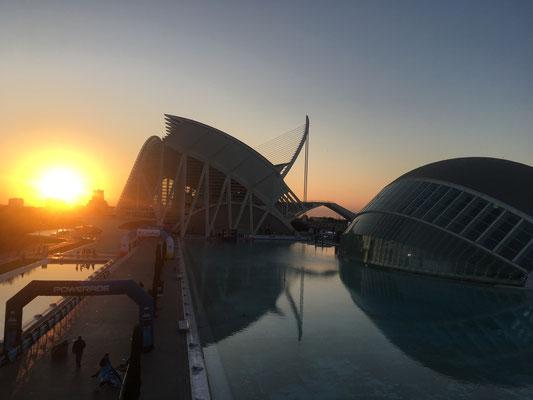 Zonsondergang Stad van Kunsten Hemisferic Museum Calatrava