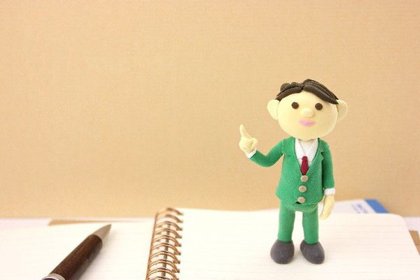 ノートの上に人型人形