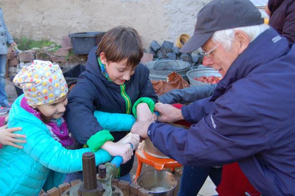 Die Kinder helfen fleißig mit beim Keltern. Foto: NABU Trebur