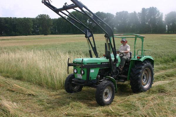 Heuernte mit dem Traktor Foto: NABU Trebur