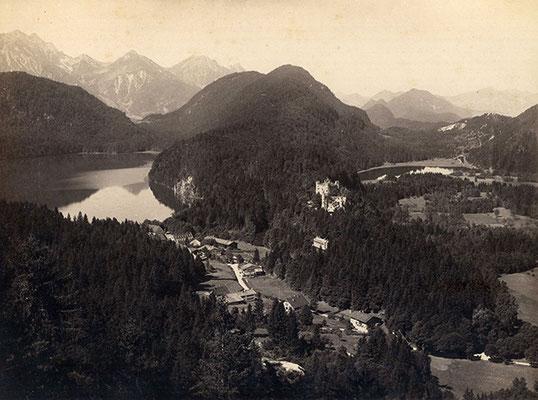 Schloss und Ort Hohenschwangau vom Aussichtspunkt Jugend aus, Foto: Joseph Albert