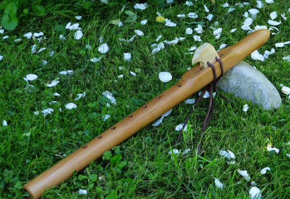 Indianerflöte G-moll, ca. 54cm. Birne /Ahorn. Adlerkopf als Totem. Preis: 245.- Euro