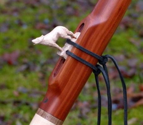 Gm Indianerflöte mit weißem, handgeschnitzen Wolf: gedämpfte Kirsche, Ahorn, Walnuß. Preis: 345 Euro