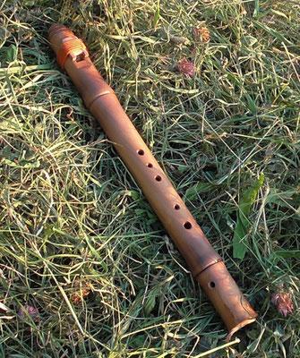 Arabische Flöte. Pentatonische Stimmung. Birne in Bambus-Optik gedrechselt. Tonlage H. Ca. 45cm. Preis: 145.- Euro