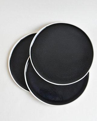 handgefertigter Teller, dunkelblauer Teller, Porzellan, Suntreestudio, Nata Pestune, Keramik aus Hamburg