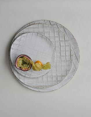 Servierplatte aus Keramik, handgefertigte Servierplatte, Grid-Muster, Uglyduckly, Tina Kami