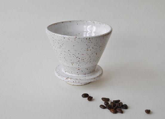handgefertigter Kaffeefilter, heller Steinzeugton mit Spots, Suntreestudio