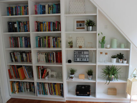 Bücherregal in einer Dachschräge