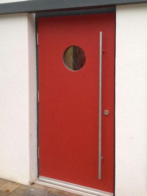 Haustür in Rot mit Glasfenster