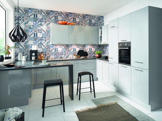 Graue Hochglanz Schüller Küche in U-Form