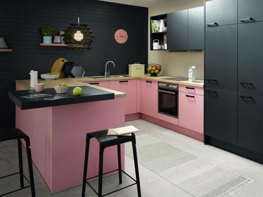 Rosa Schüller Küche mit schwarzen Schränken
