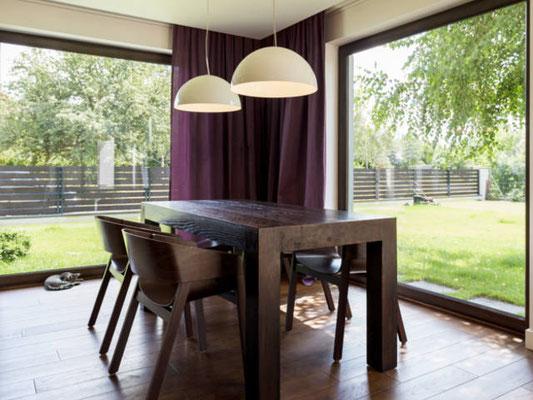 Bodentiefe Fenster mit Holzverkleidung