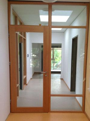 Glastür mit Holzverkleidung