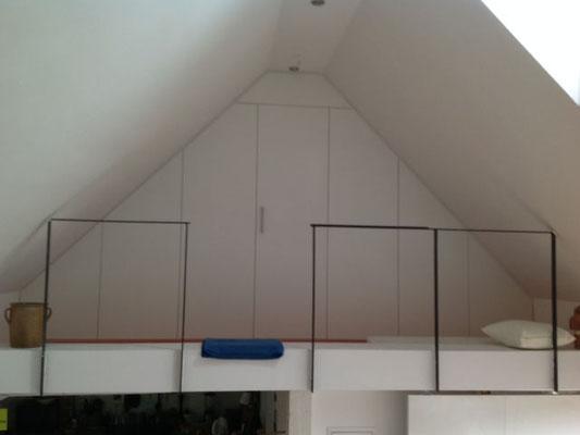 Kleiderschrank in einer Dachschräge