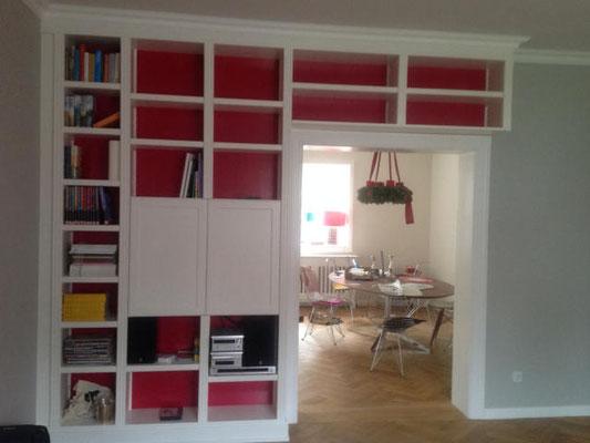 Bücherregal über einen Türrahmen