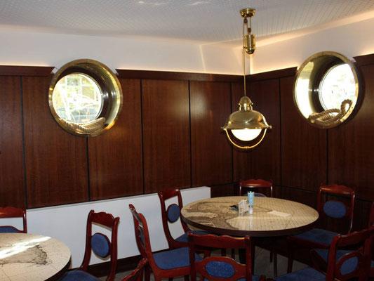 Wandverkleidung in einer Gastronomie mit den passenden Stühlen und Tischen