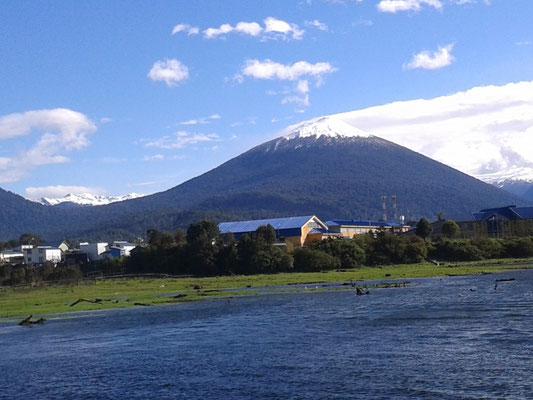 Vista desde la costanera de Volcán Hornopirén