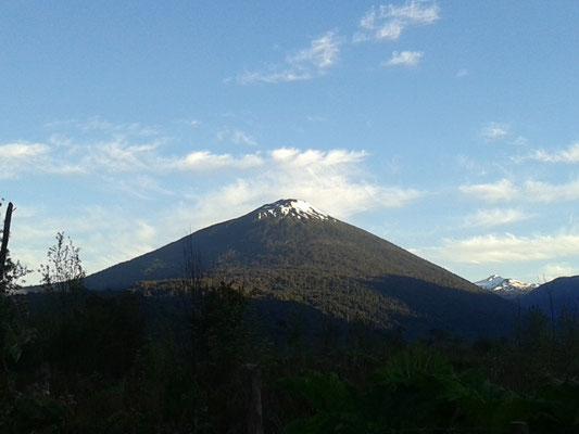 Vista volcán Hornopirén desde el Hospedaje