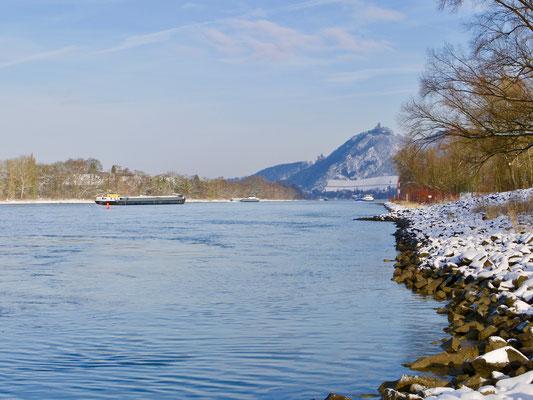 Rheinansicht von Drachenfels im Siebengebirge