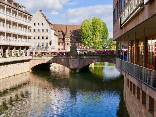 Die Museumsbrücke über die Pegnitz in Nürnberg