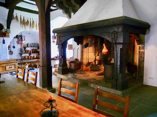 Der große Kamin in der Küche Ritter Burg Marksburg Braubach am Rhein