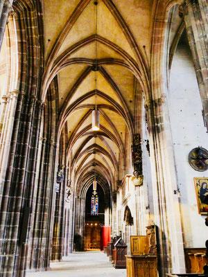 Langschiff der gotischen St. Lorenz Kirche in Nürnberg Sehenswürdigkeiten Deutschland Nürnberg