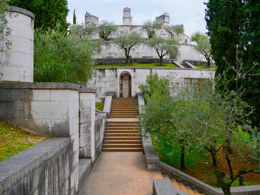 Gardasee: Mausoleum Giardino Vittoriale     Italien