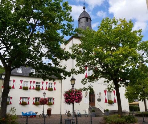 Ahrweilerhttps://www.misselliesreiseblog.com/2018/04/18/ahrweiler-das-beliebte-st%C3%A4dtchen-im-ahrtal-l%C3%A4dt-ein-zu-rotwein-wandern-und-romantik/
