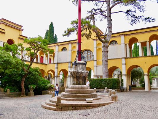Gardasee, Giardino Vittoriale, Palazzo    Italien