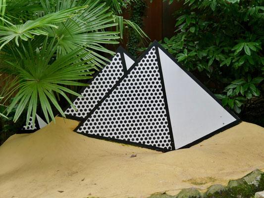 Roy Lichtenstein Pyramiden , Andre` Heller Garten Gardasee