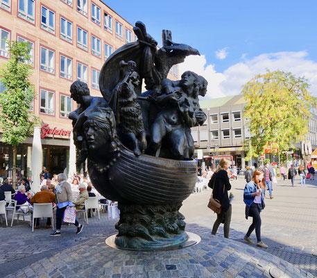 """Der """"Narrenschiff"""" Brunnen in Nürnberg Sehenswürdigkeiten Deutschland Nürnberg"""