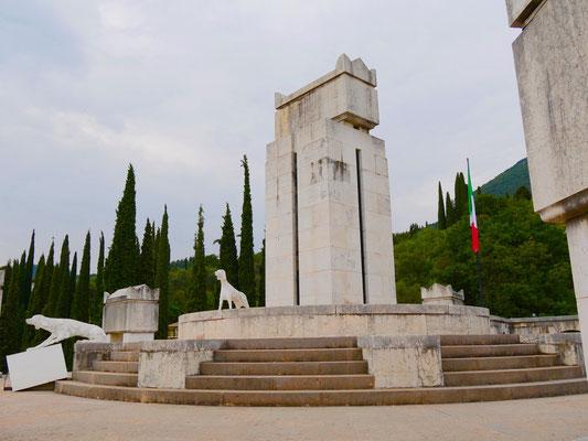 Gardasee : Mausoleum Giardino Vittoriale   Italien