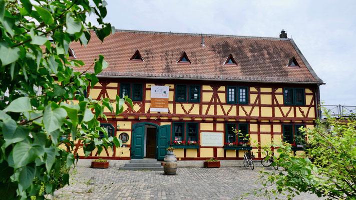 Eltville, das gelbe Haus Eltville im Rheingau , Wein,Sekt und Rosenstadt