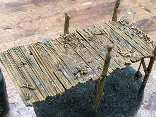 ⑥コエリアグリーンシェイド(S)を地面に流しつつ、木材部分も同色で少し汚して雰囲気を合わせていきます。