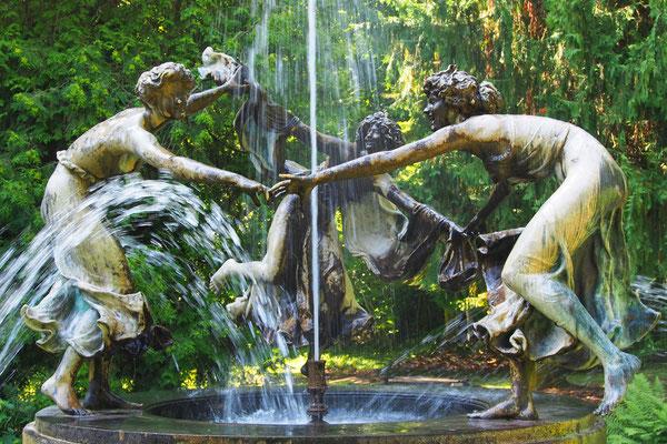 Brunnen der tanzenden Mädchen, Walter Schott