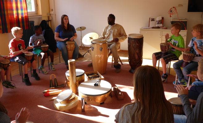 """""""Afrika ruft"""" - im Musikraum wurde getrommelt."""
