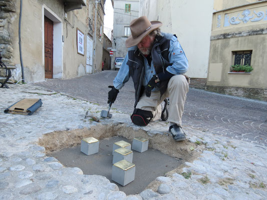 L'artista tedesco Gunter Demnig (qui a Castelfrentano 7.01.2020)