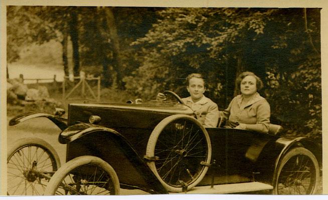Kubi con la madre Eige in auto