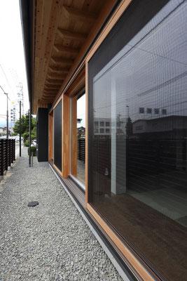 1階の開口部は木製サッシュ 巾1820の大型引込み戸