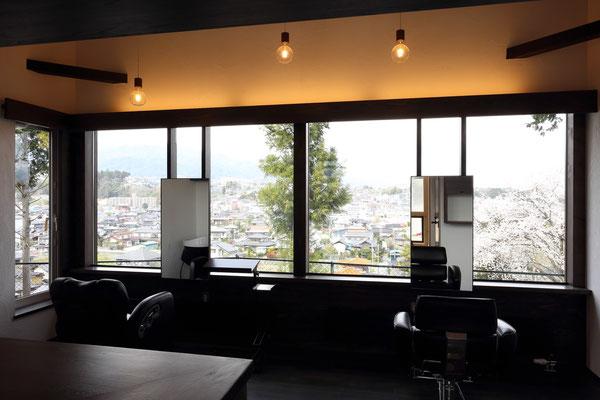 視線いっぱいの眺望が広がる美容室