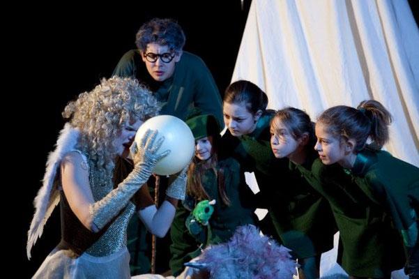 DER ENGEL UND DIE MUSIZIERENDEN WEIHNACHTSBÄUME - Schauspielhaus Graz Ⓒ Jasmin Schuller